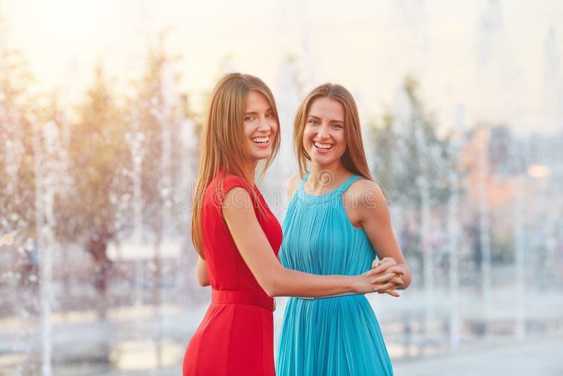 Duas irmãs que têm o divertimento exterior foto de stock