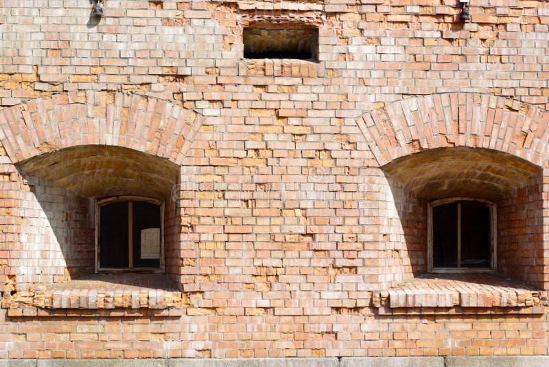 Duas janelas da fortaleza velha do tijolo imagem de stock
