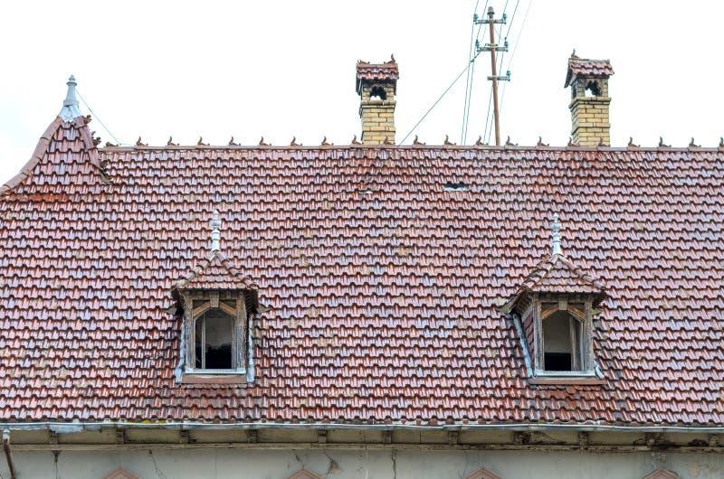Duas janelas de trapeira em um telhado telhado vermelho imagens de stock