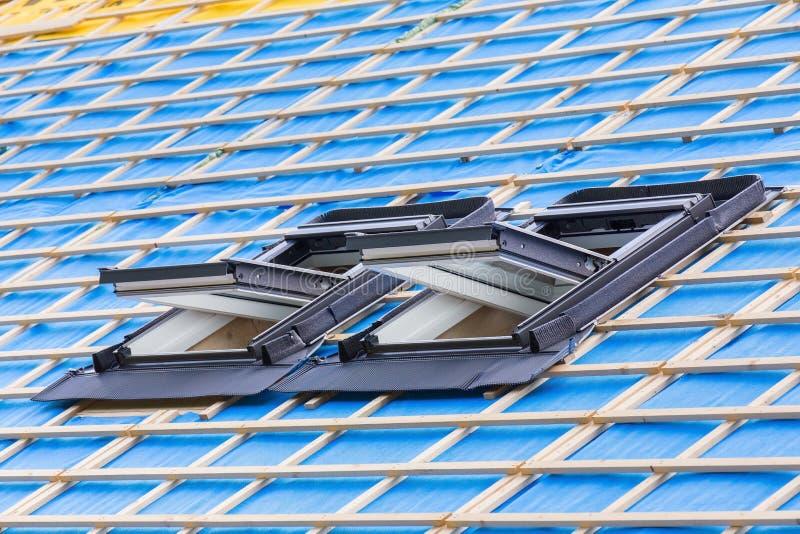 Duas janelas do telhado no telhado da casa nova imagem de stock royalty free
