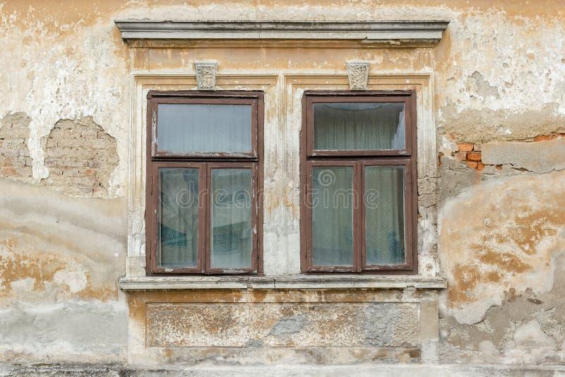 Duas janelas quebradas velhas fotografia de stock royalty free