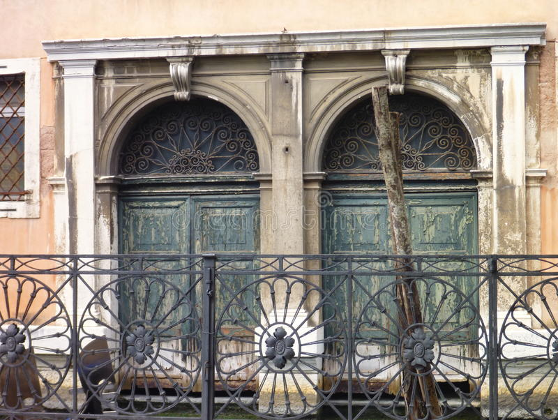 Duas janelas velhas com trilhos imagem de stock