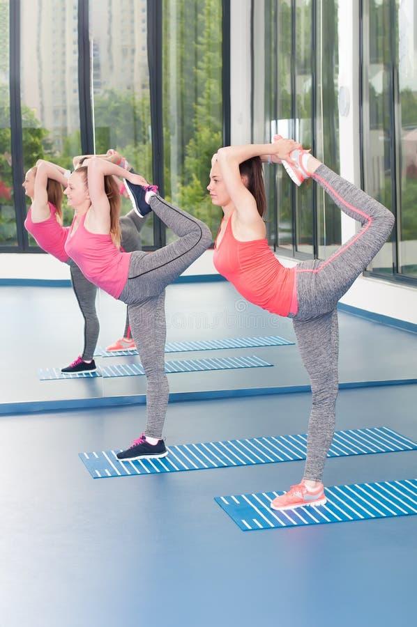 Duas jovens mulheres bonitas que fazem o exercício da ginástica fotografia de stock royalty free
