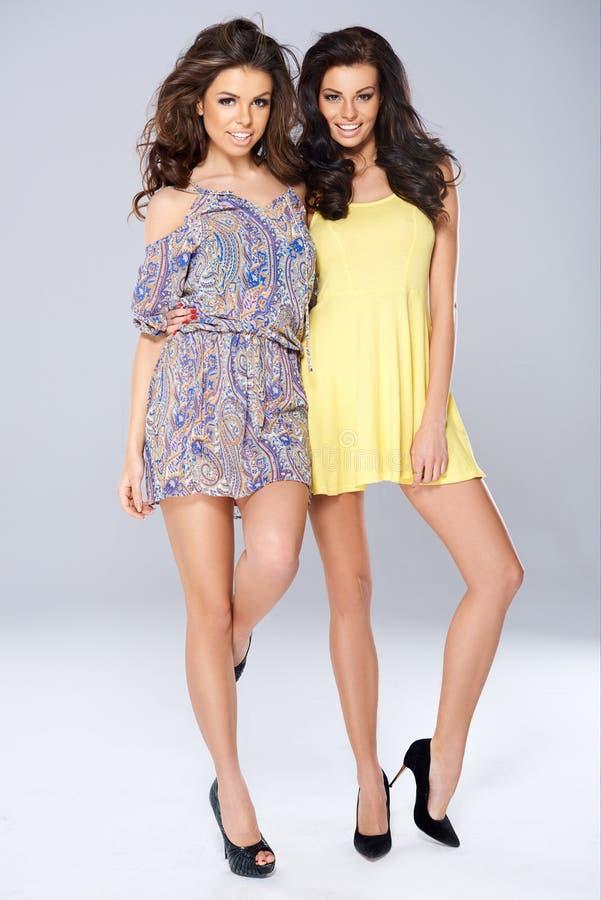 Duas jovens mulheres bonitas vivos imagem de stock royalty free