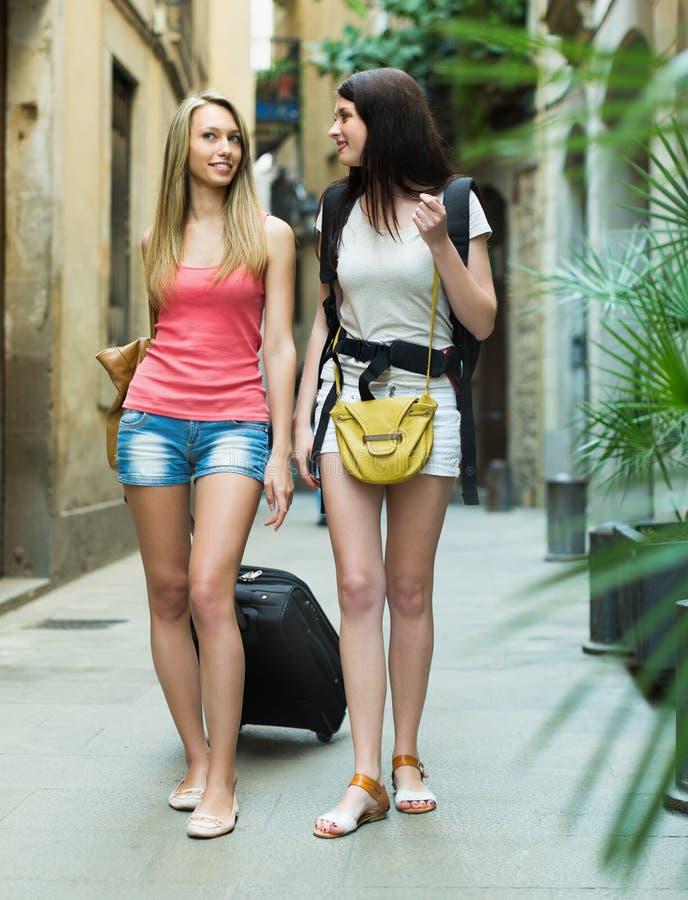 Duas jovens mulheres com bagagem fotos de stock