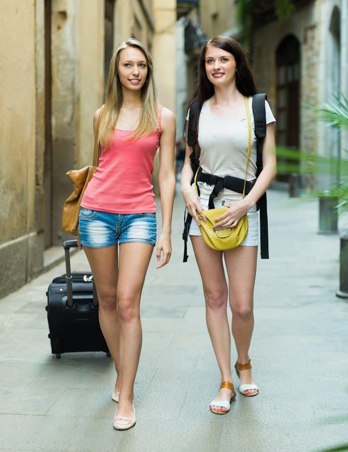 Duas jovens mulheres com bagagem fotografia de stock royalty free