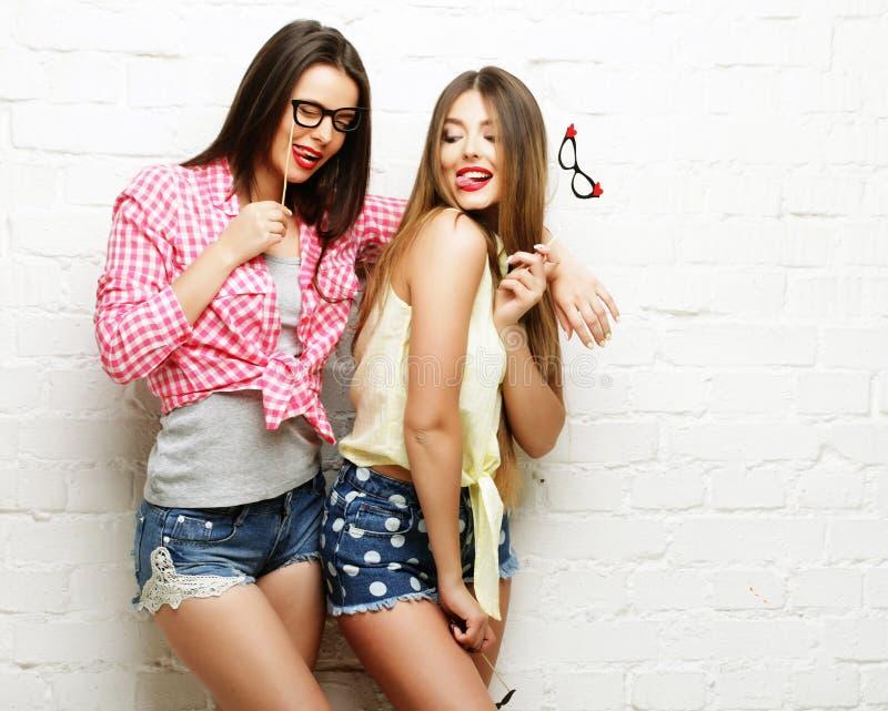 Duas jovens mulheres com os vidros do partido que tomam o selfie imagem de stock royalty free