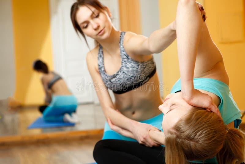 Duas jovens mulheres que fazem a ioga fotos de stock