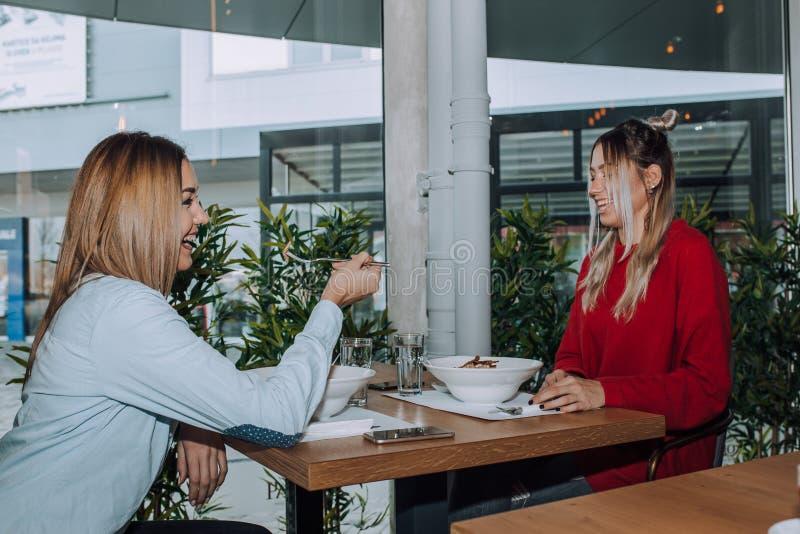 Duas jovens mulheres que têm o almoço fotografia de stock royalty free