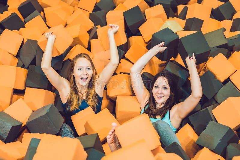 Duas jovens mulheres que têm o divertimento com blocos do delicado nas crianças internas p imagens de stock royalty free
