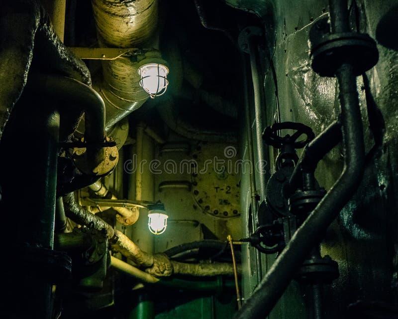 Duas lâmpadas no interior escuro da sala de motor imagens de stock
