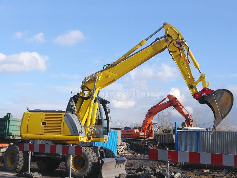 Duas máquinas escavadoras foto de stock royalty free