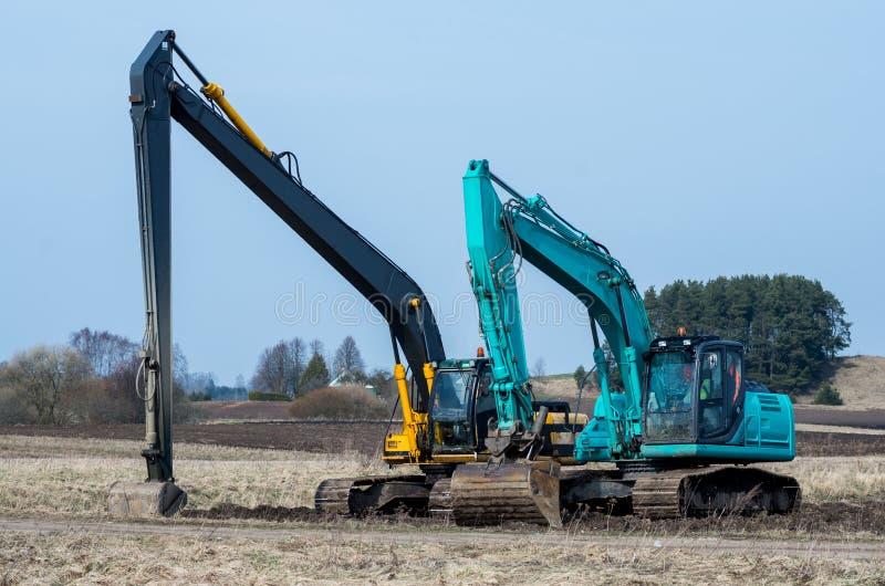 Duas máquinas escavadoras fotos de stock royalty free