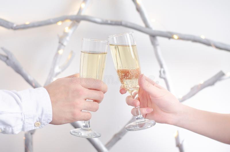 Duas mãos com vidros do champanhe imagem de stock