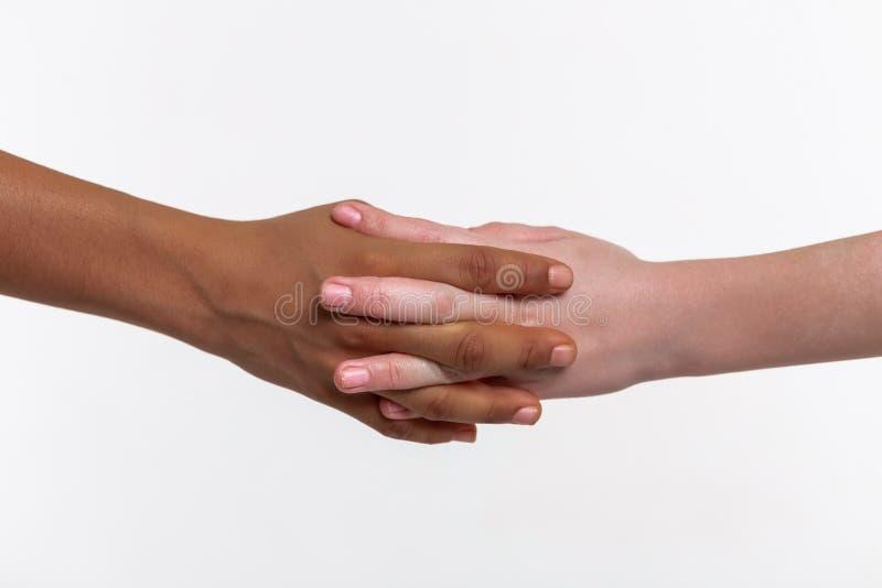 Duas mãos das crianças pequenas conectadas junto imagens de stock
