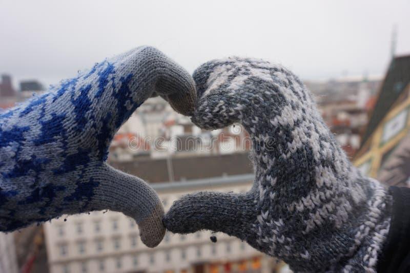 Duas mãos fêmeas fazem um sinal do coração fotos de stock royalty free