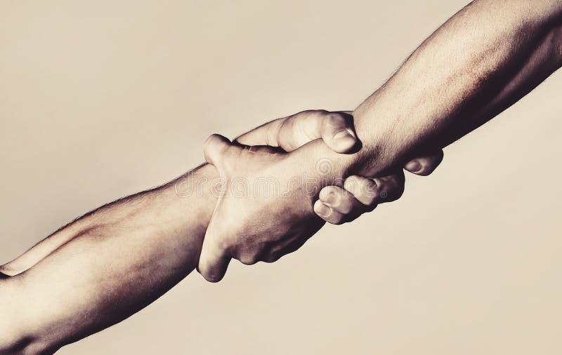 Duas mãos, mão amiga de um amigo Aperto de mão, braços, amizade Aperto de mão amigável, amigos cumprimento, trabalhos de equipe imagem de stock royalty free