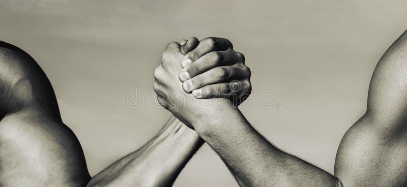 Duas mãos musculares Conceito da rivalidade Mão, rivalidade, contra, desafio, comparação da força Mão do homem Wrestling de braço foto de stock royalty free