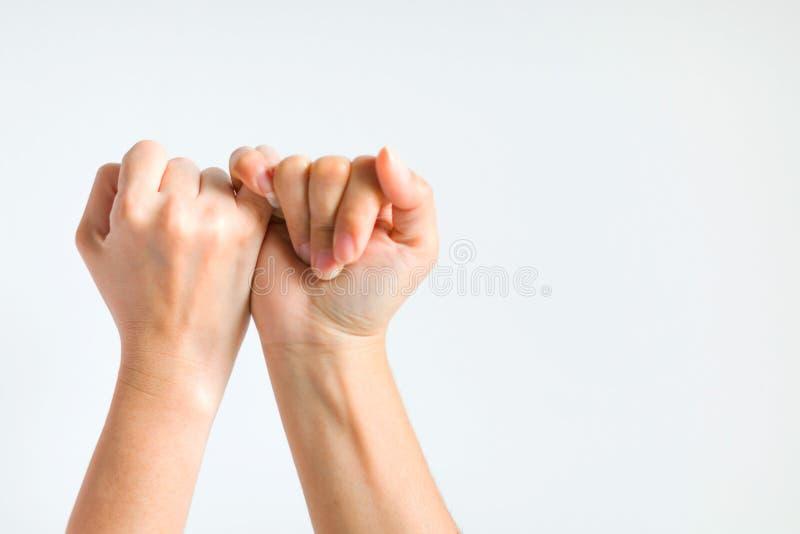 Duas mãos que engancham pouco dedo junto estavelmente foto de stock royalty free