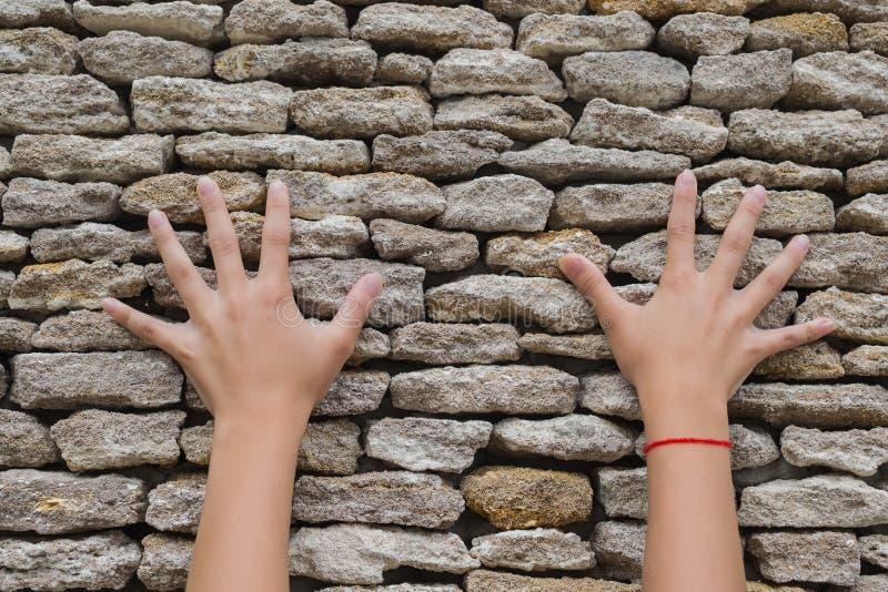 Duas mãos tocaram em uma parede de pedra foto de stock royalty free