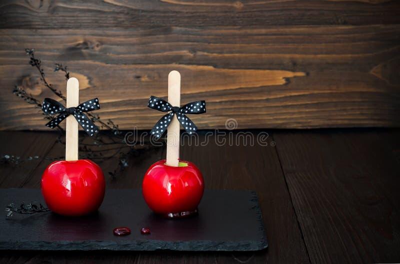 Duas maçãs de caramelo vermelhas Receita tradicional da sobremesa para o partido de Dia das Bruxas Foco seletivo Copie o fundo do foto de stock