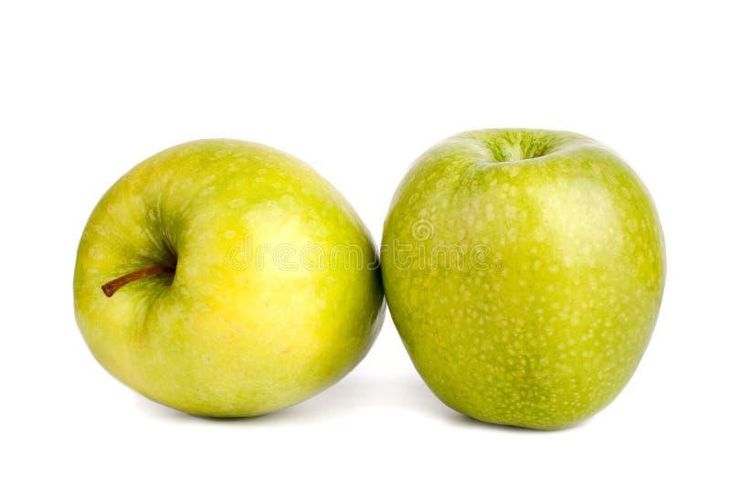 Duas maçãs verdes grandes inteiras fundo branco no fim isolado acima da vista lateral macro fotografia de stock