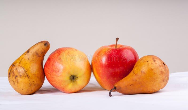 Duas maçãs vermelhas bonitas e duas peras fotos de stock royalty free