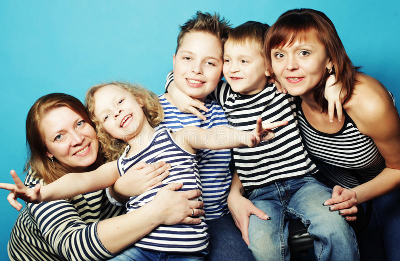 Duas mamãs e três crianças foto de stock