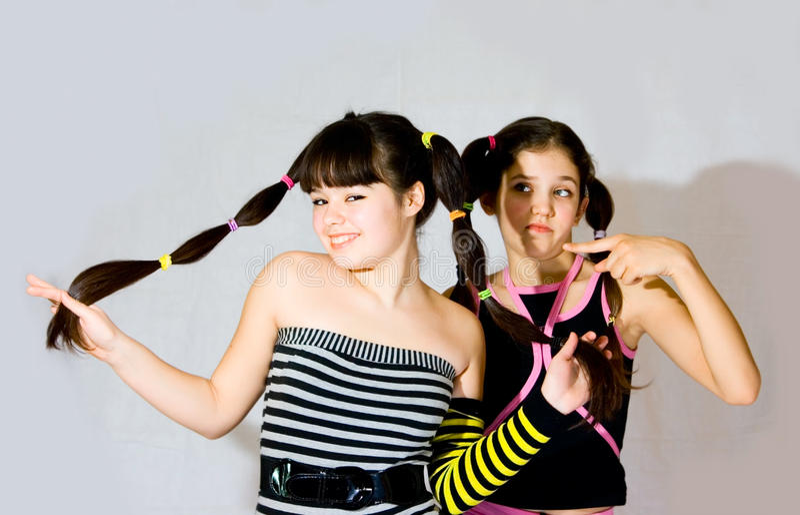 Duas meninas adolescentes do divertimento foto de stock