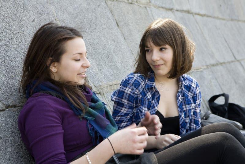Duas meninas adolescentes urbanas falam um com o otro fotos de stock royalty free