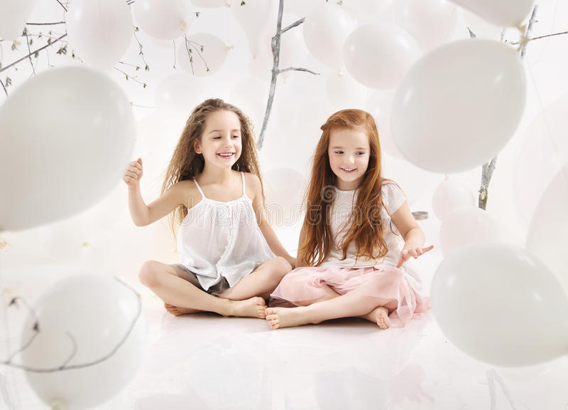 Duas meninas alegres que jogam junto fotografia de stock royalty free