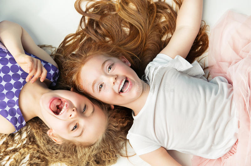 Duas meninas alegres que riem junto fotografia de stock