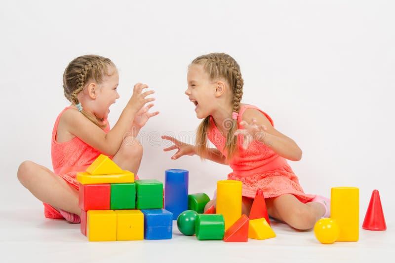 Duas meninas amedrontam-se jogando com blocos fotografia de stock