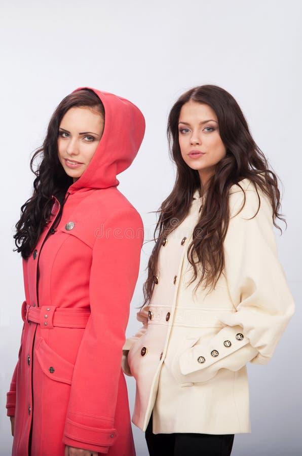 Duas meninas anunciam a roupa foto de stock royalty free
