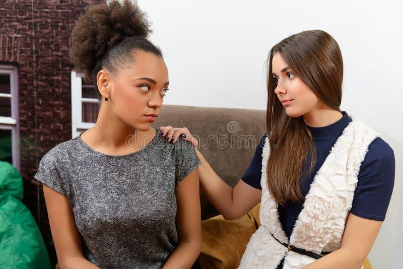 Duas meninas atrativas no café imagem de stock