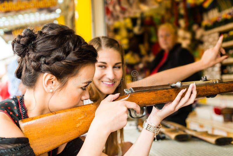 Duas meninas atrativas que jogam jogos do tiro em imagens de stock royalty free