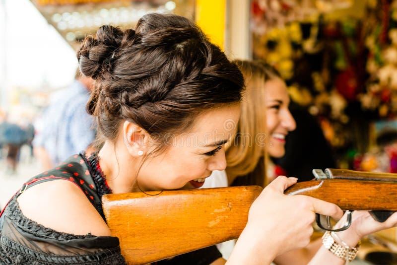 Duas meninas atrativas que jogam jogos do tiro em foto de stock royalty free