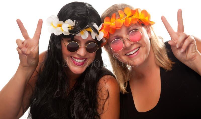 Duas meninas bonitas do Hippie com sinais de paz foto de stock