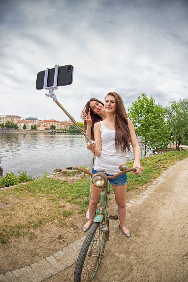 Duas meninas bonitas que tomam um selfie imagem de stock royalty free