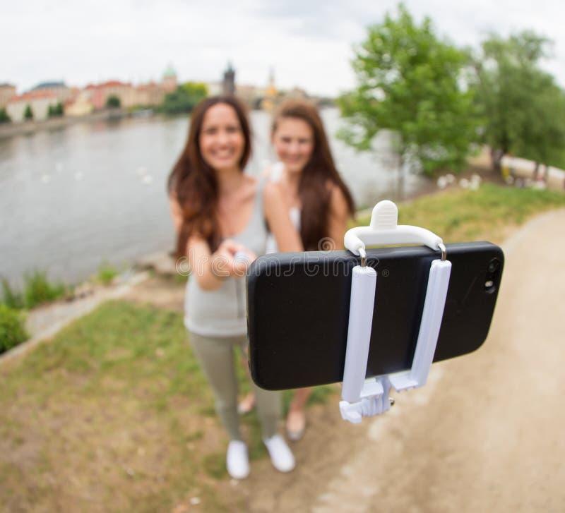 Duas meninas bonitas que tomam um selfie fotografia de stock royalty free
