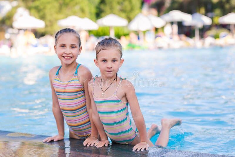 Duas meninas bonitos na piscina fotos de stock