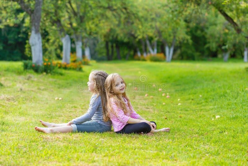 Duas meninas bonitos que jogam na paridade fotos de stock
