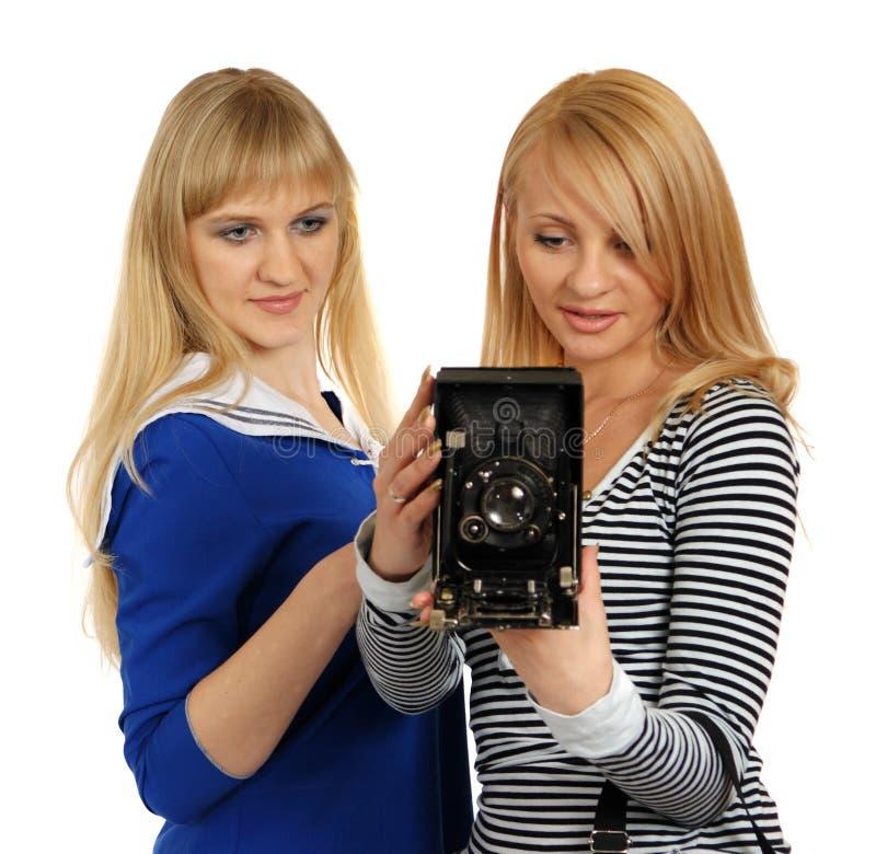 Duas meninas com a câmera fotográfica retro. fotografia de stock royalty free