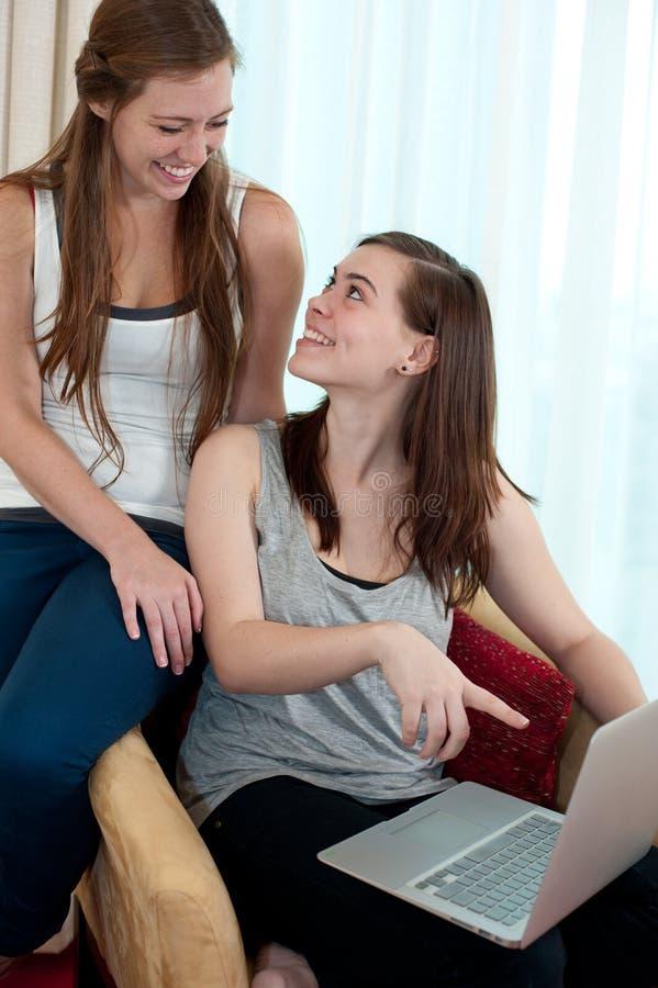 Duas meninas com uma parte superior do regaço. fotografia de stock royalty free