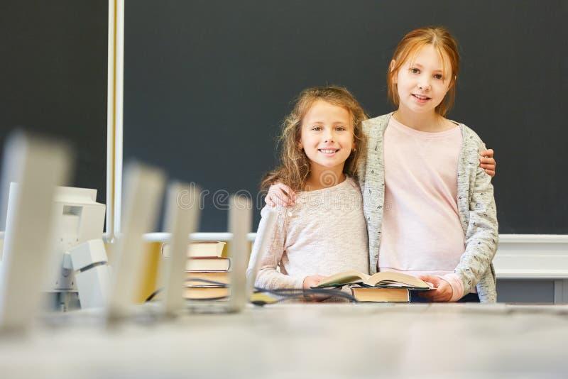 Duas meninas como amigas na escola foto de stock