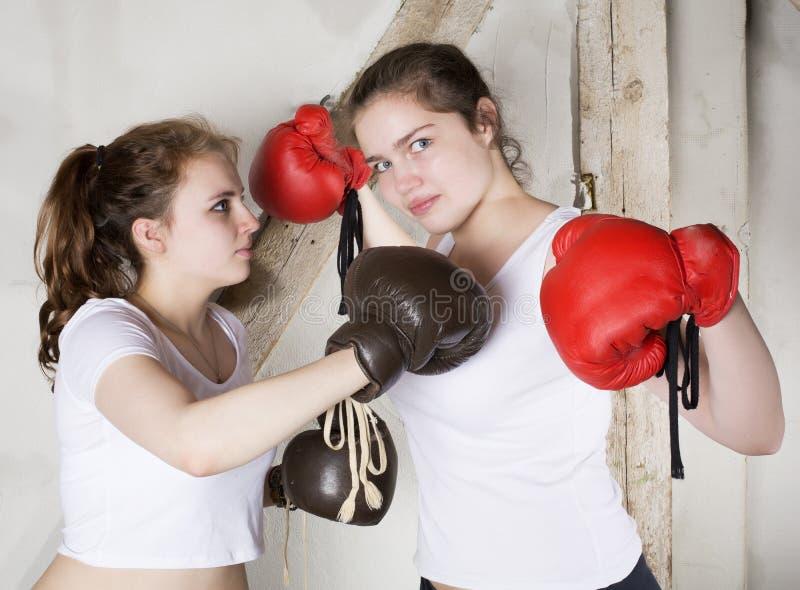 Duas meninas como pugilistas imagens de stock
