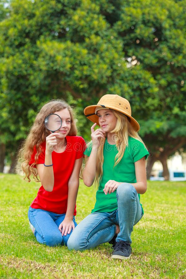 Duas meninas da escola que exploram a natureza fotografia de stock royalty free