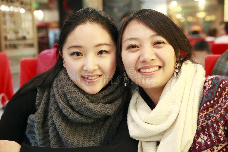 Duas meninas de sorriso fotografia de stock royalty free