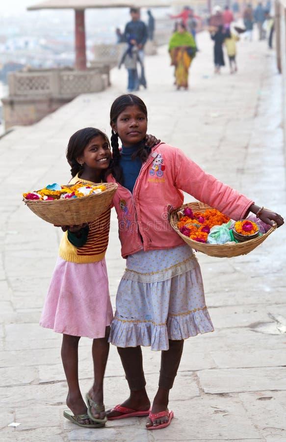 Duas meninas de Varanasi, India foto de stock