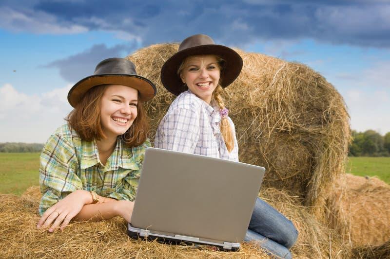 Duas meninas do país com caderno imagens de stock